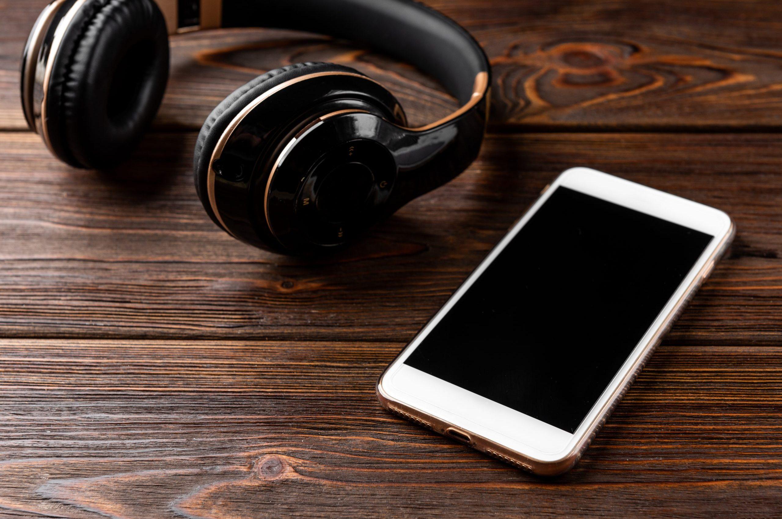rmda-ss-retail-phone-headphones-wooden-background.6016.4016